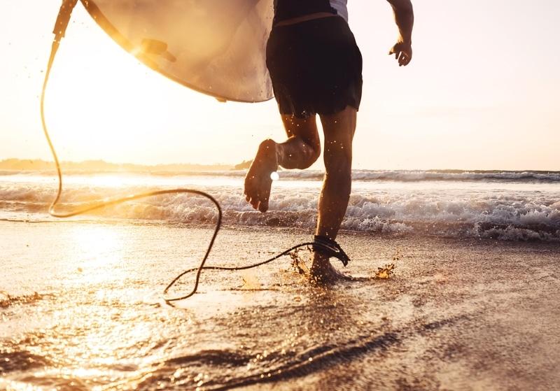 surfer à la torchere mec qui court vers l ocean