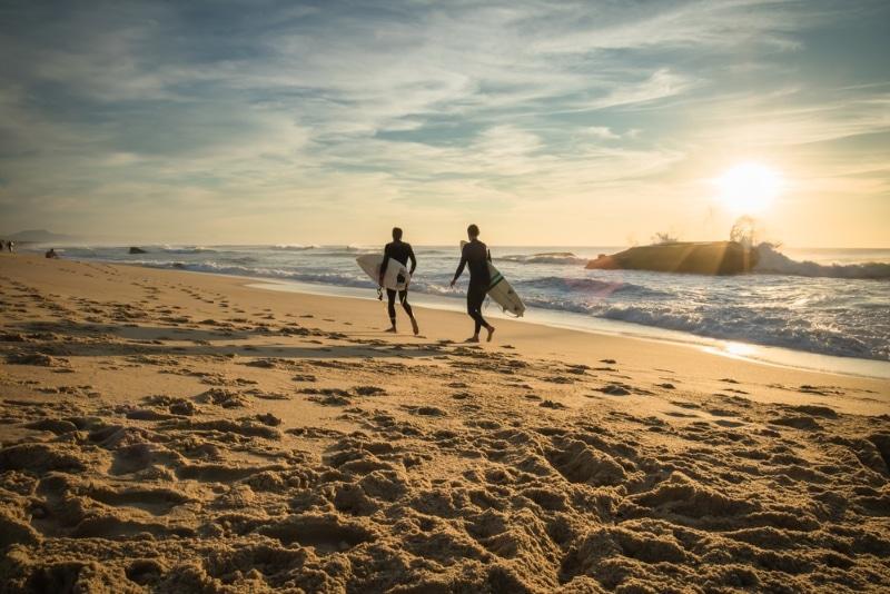 surfeurs au coucher du soleil a capbreton