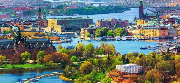 visiter stockholm suede vue sur la ville avec arbre et bras de mer ecolo