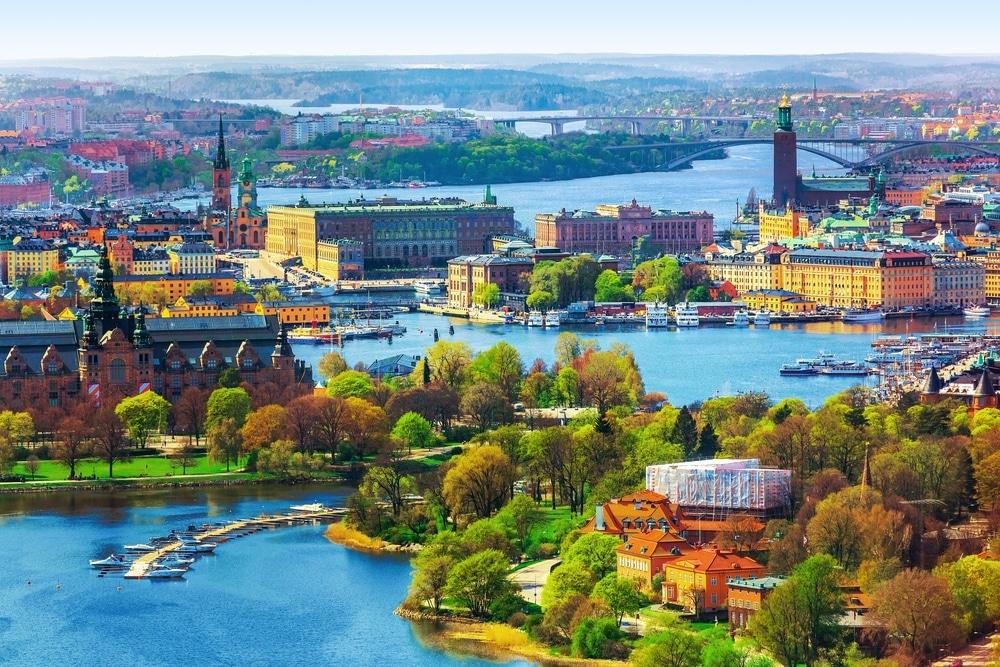 visiter stockholm suede vue sur la ville avec arbre et bras de mer. Ville la plus écologique du monde