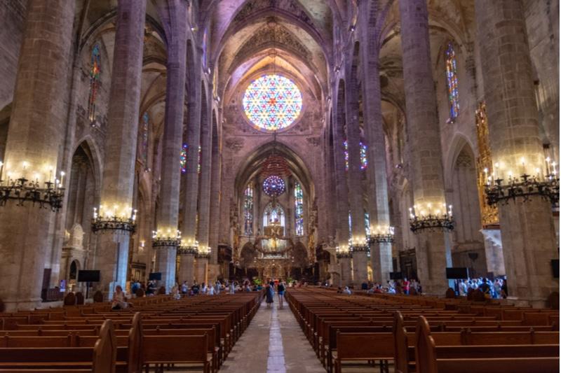 Intérieur de la Cathédrale de Palma de Majorque, rosace et vitraux