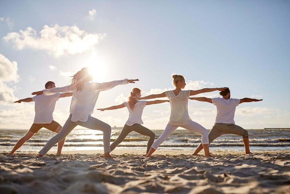 yoga arcachon groupe de femmes sur la plage