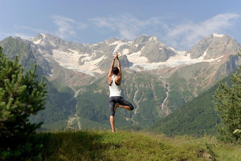 yoga face au massif du mont blanc