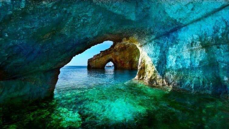 Grèce, l'île de Zakynthos. Une des plus belles grottes bleues du monde. La mer Ionienne. Grottes bleues de l'île de Zakynthos