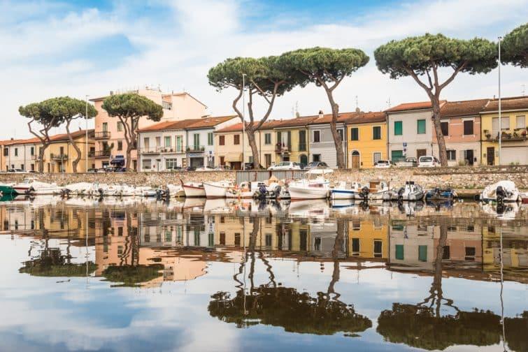 Vue panoramique de Viareggio sur la ville et le canal de Burlamacca avec bateaux, Viareggio, Italie