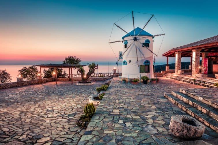 Vue captivante du matin sur le moulin à vent de la potamite. Lever de soleil de printemps coloré sur l'île de Zakynthos, emplacement de Kalgorithi, mer Ionienne, Grèce, Europe. Beauté du fond du concept de campagne.