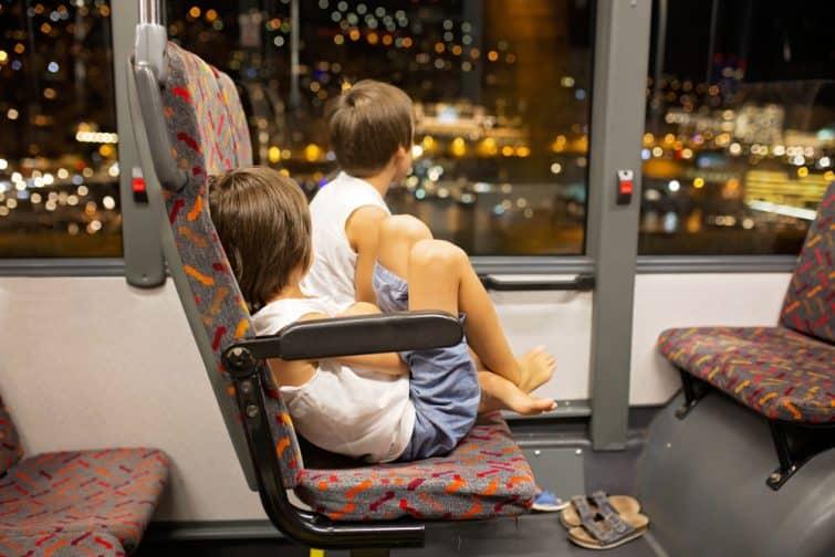 Enfants dans un bus à Monaco