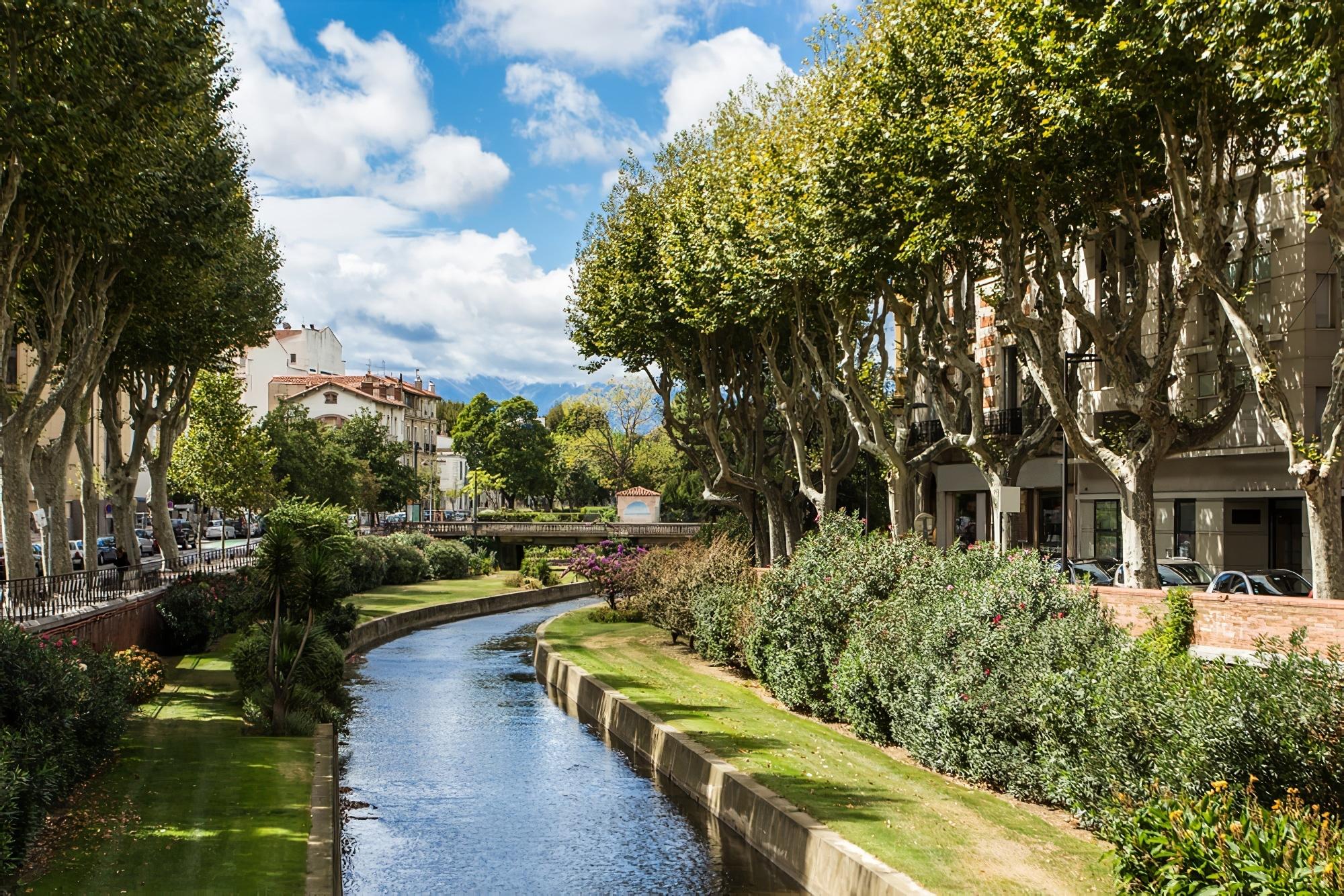 Vue pittoresque sur Perpignan et sa rivière par beau temps. France.