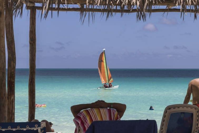 Voilier sur la plage de Cayo Santa Maria, Cuba