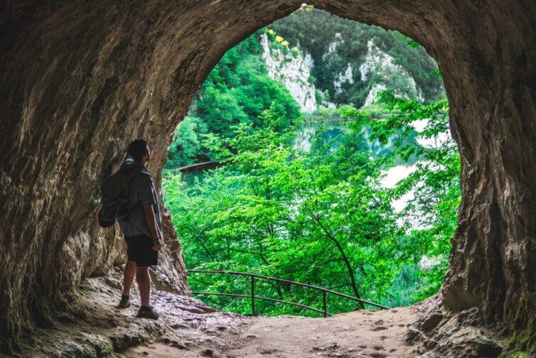 Personne dans une grotte aux lacs de plitvice