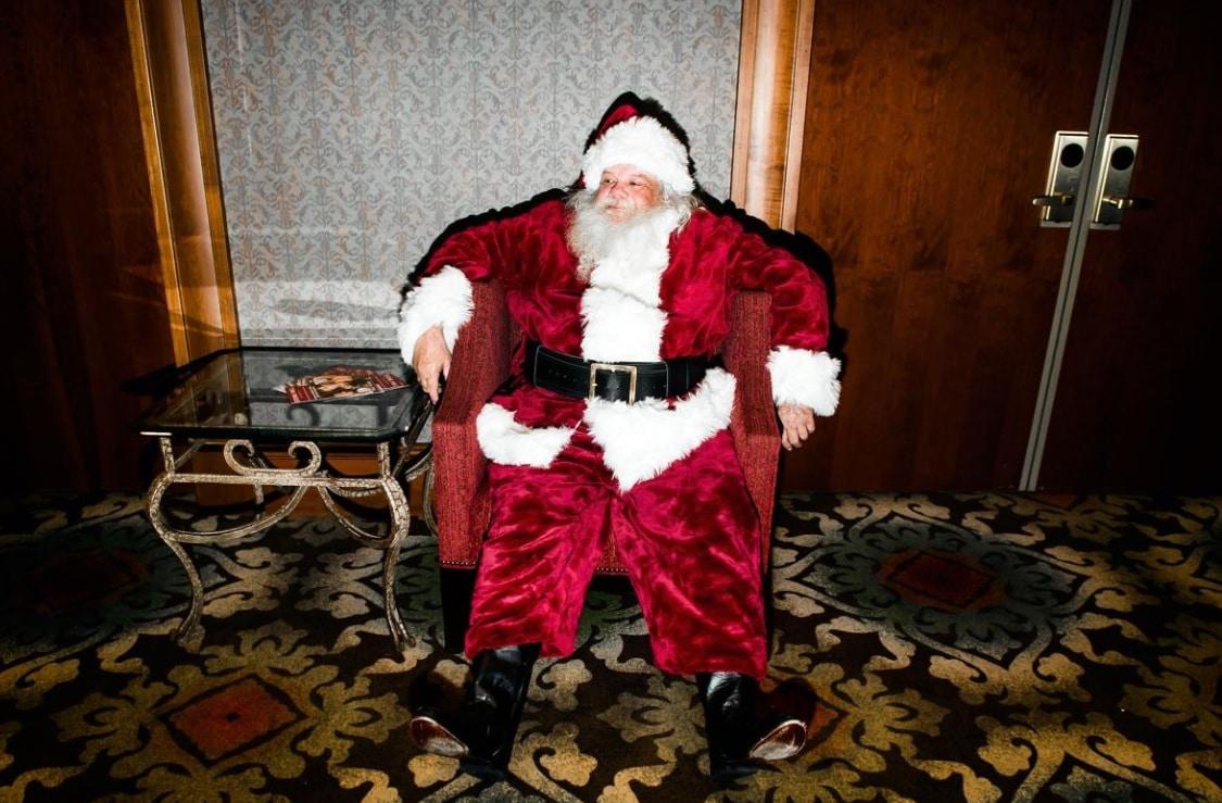 Père Noël assis dans un fauteuil