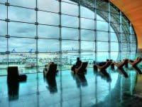 Voyageurs attendant dans une aire de repos à l'aéroport Paris-Charles de Gaulle