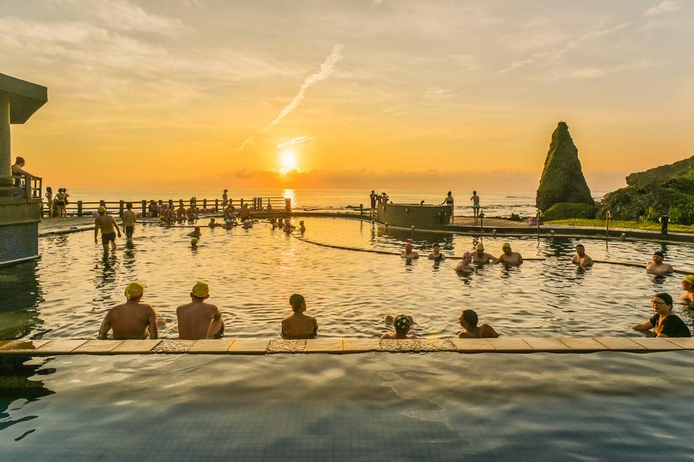 Personnes se baignant dans des sources d'eau chaude en Thaïlande