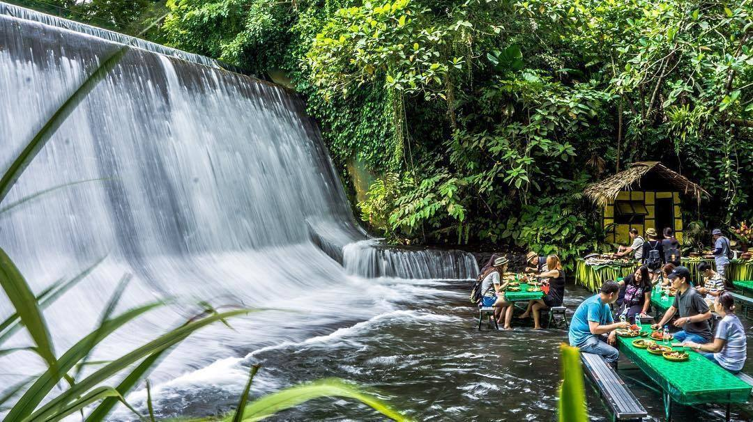 Restaurant en bord de cascade, Philippines