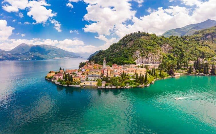 Belle vue panoramique aérienne depuis le drone jusqu'à Varenna - célèbre vieille ville d'Italie sur la rive du lac de Côme.