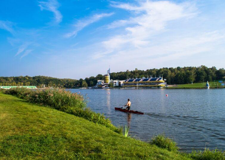 Personne faisant du canoë kayak sur le lac de Malta à Poznan