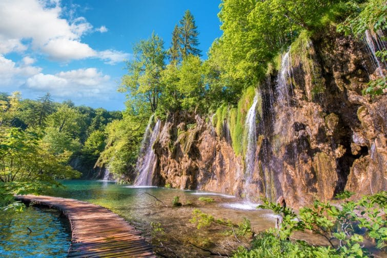 Chemin entre les cascades aux lacs de plitvice