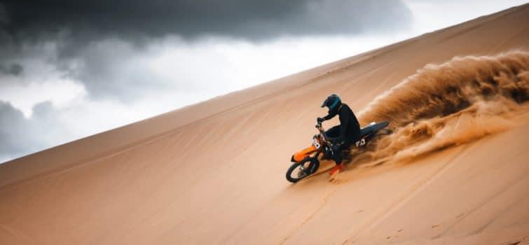 Motocross dans le désert de Dubaï