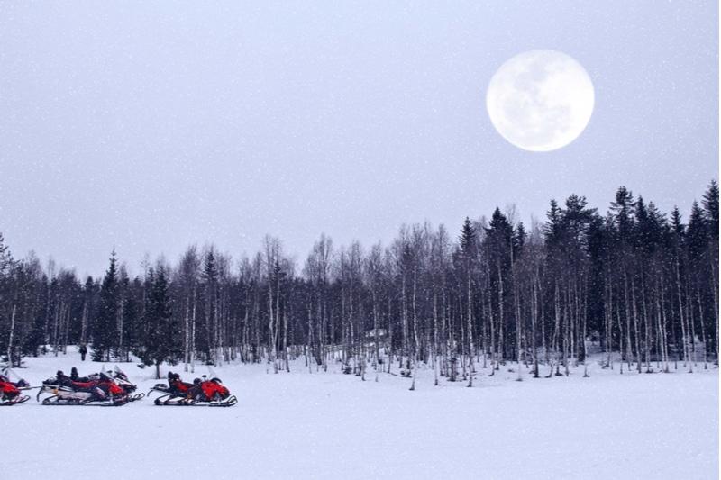 Pleine lune et motoneiges à Rovaniemi