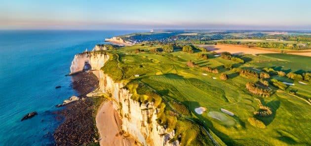 Vue aérienne du bord de mer avec des falaises de craie à Etretat - Normandie, France