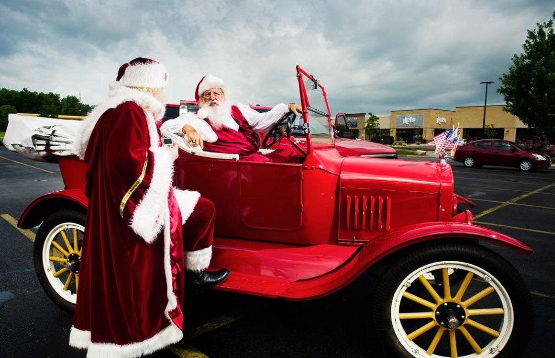 Père Noël dans une voiture