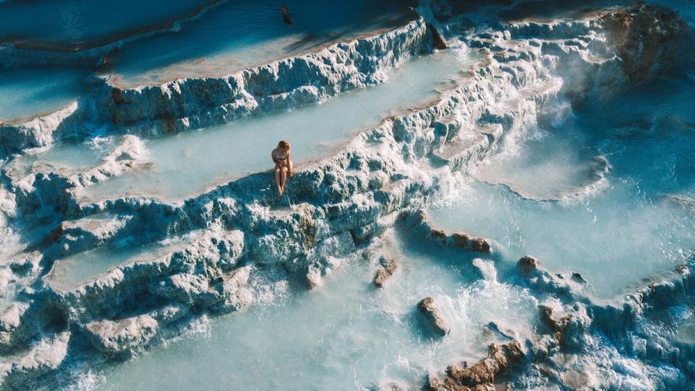 Jeune femme se baignant dans les thermes de Saturnia en Toscane