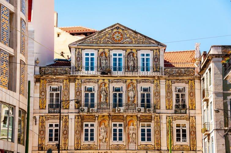 Façade décorée d'un vieux bâtiment à Lisbonne