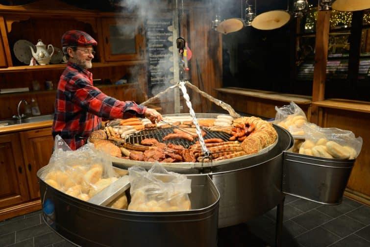 Homme préparant un plat traditionnel dans les rues de Berlin