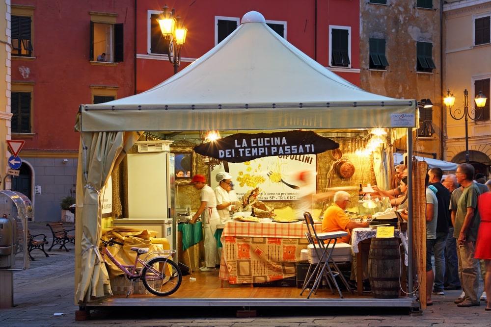 Pizzeria dans la rue en Italie