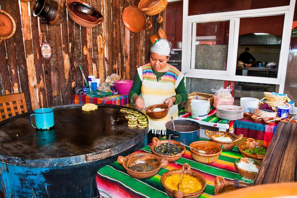 Femme préparant de la cuisine de rue au Mexique