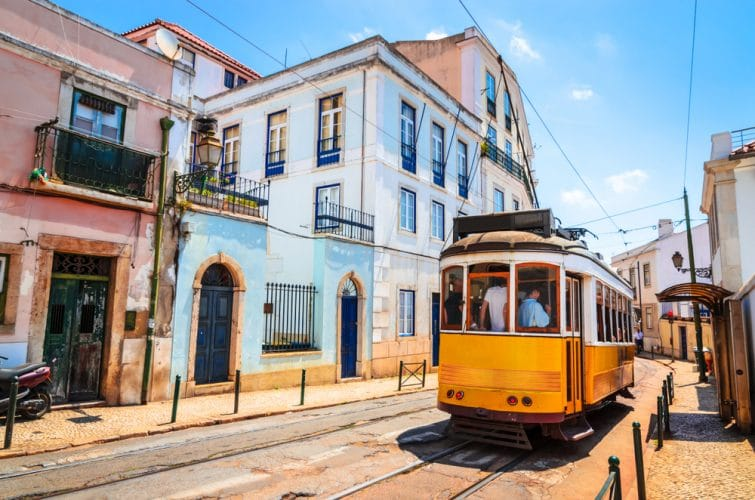 Tram 28 dans le quartier de l'Alfama à Lisbonne