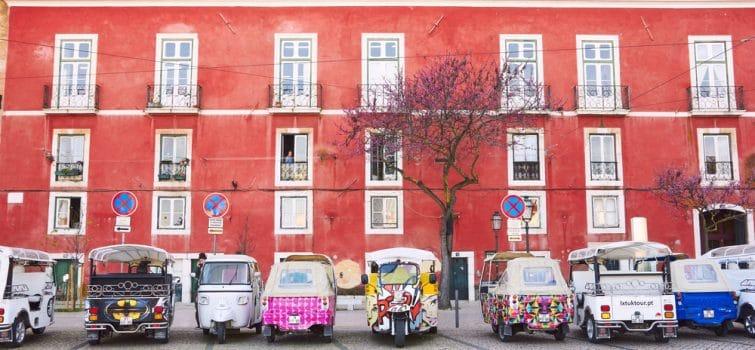 Tuk-tuk dans le quartier d'Alfama à Lisbonne
