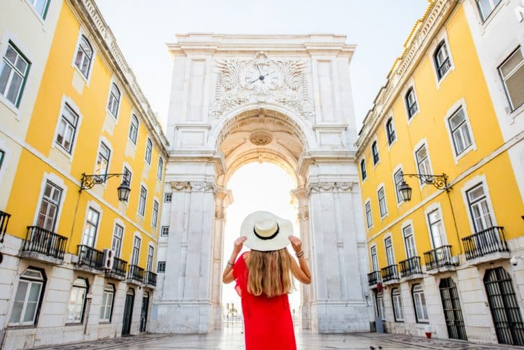 Jeune femme devant l'arc de Triomphe à Lisbonne