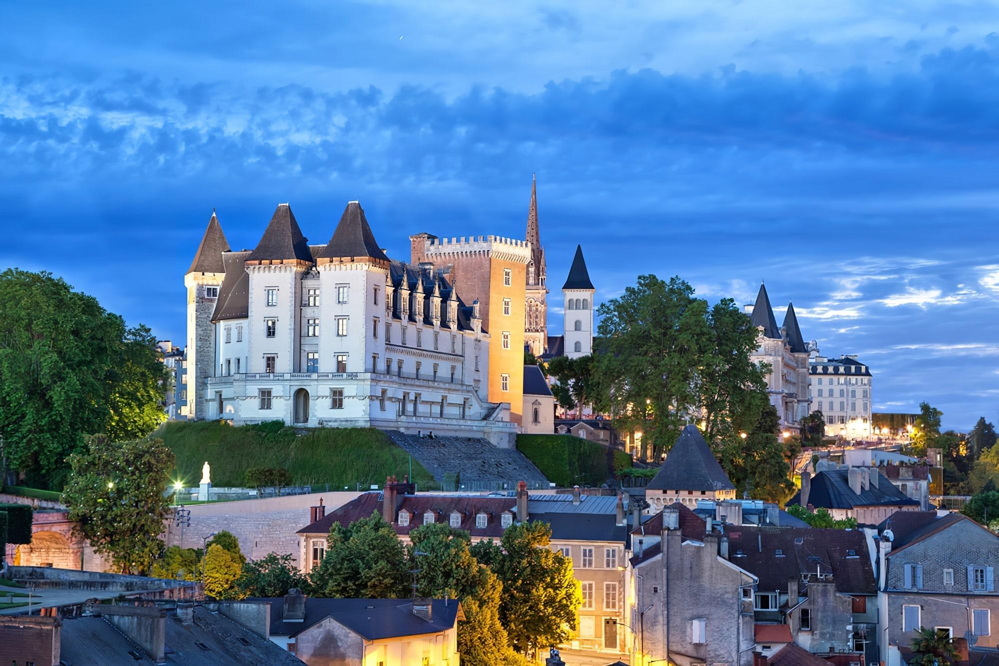 Vue sur le château de Pau le soir