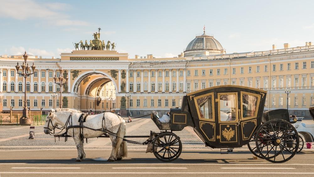 Calèche devant le Palais d'Hiver (winter palace) à Saint-Pétersbourg