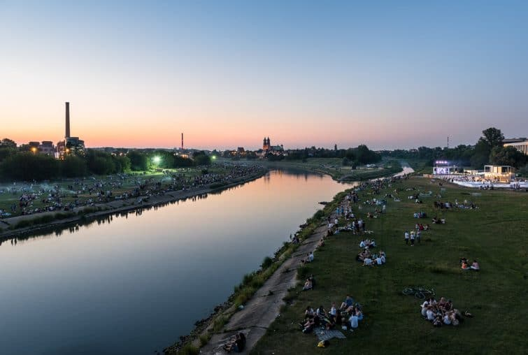 Personnes sur les berges de la Warta, Poznan