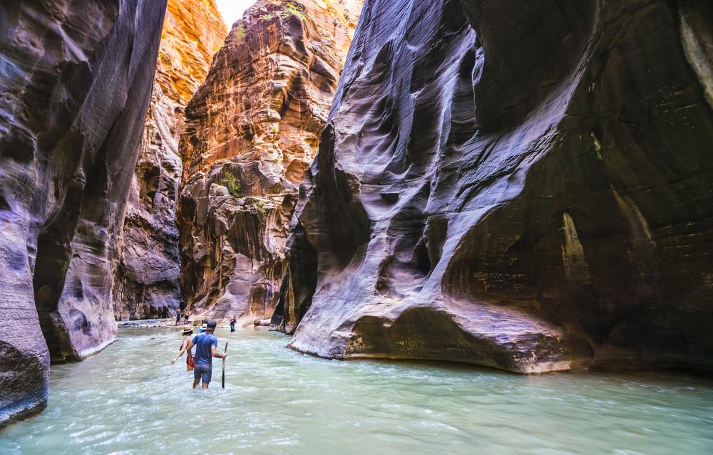 Personnes marchant dans l'eau dans le parc national de Zion Narrows, Etats-Unis