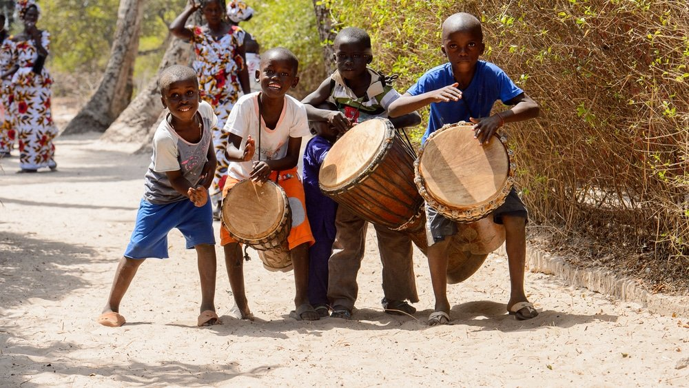 Africains jouant du djembé dans la région de Casamance