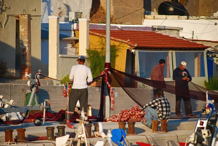 Pêcheurs dans le village d'Agia Ermioni, Chios