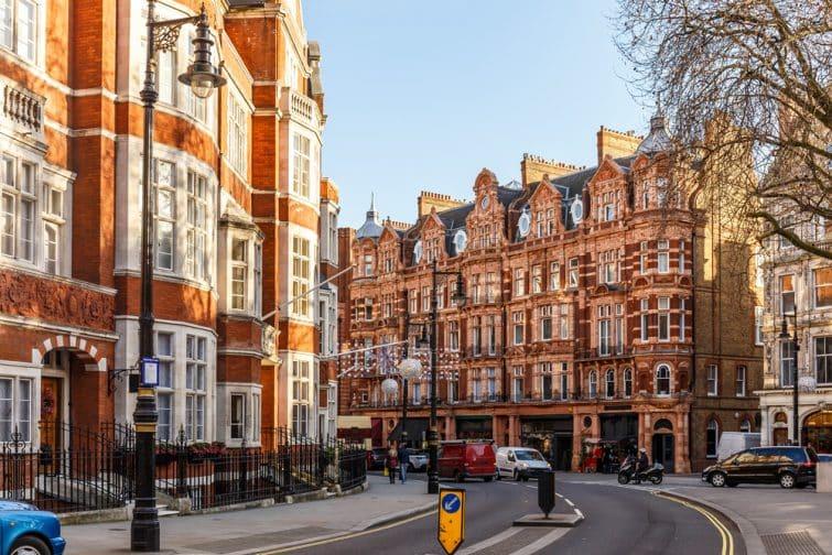 Bâtiment classique en briques rouges à Mayfair, Londres