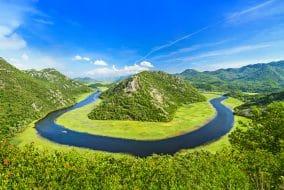 Canyon de la rivière Rijeka Crnojevica près de la côte du lac Skadar. Monténégro