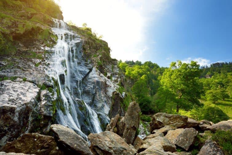 Cascade d'eau majestueuse de la cascade Powerscourt, la plus haute cascade d'Irlande.