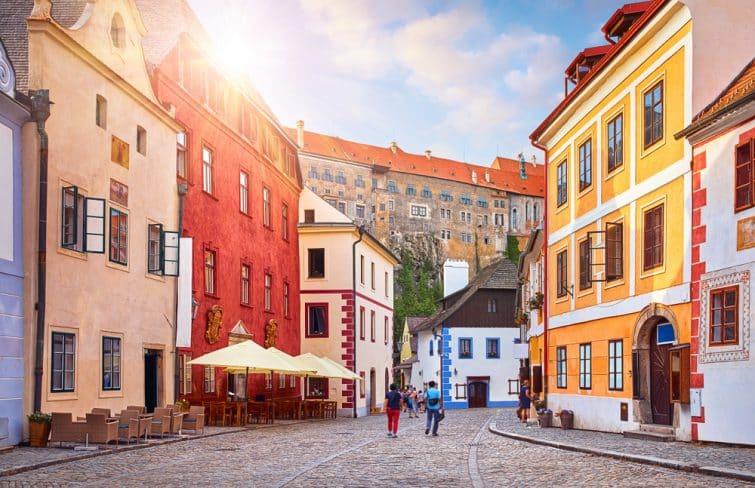 Cesky Krumlov, République tchèque. Ancienne rue avec de vieilles maisons. Coucher de soleil le soir.