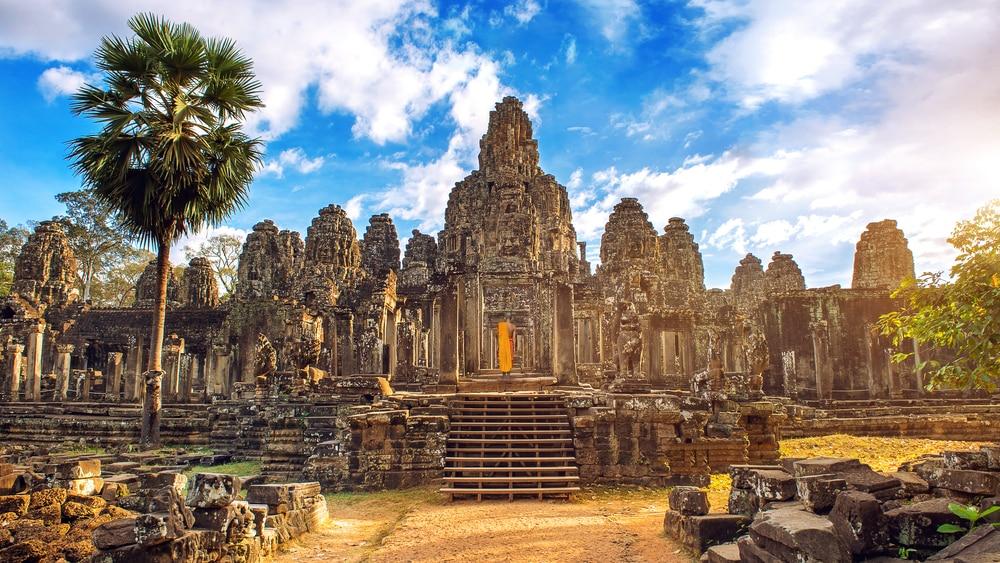 Des visages de pierres anciennes au coucher du soleil du temple de Bayon, Angkor Vat, Siam Reap, Cambodge.