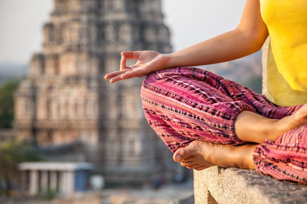 Femme faisant une méditation près du temple de Virupaksha à Hampi, Karnataka, Inde