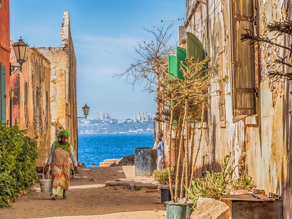 Femme marchant dans les rues de Gorée.