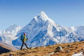 Joyeux randonneur marchant dans les montagnes, liberté et bonheur, accomplissement en montagne. Himalaya, Everest Base Camp trek, Népal