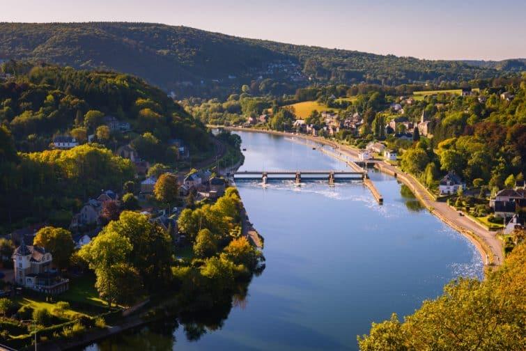 La vallée de la Meuse dans les collines près de Dinant et Namur.