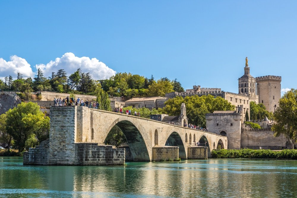 Le pont Saint-Benezet et le Palais des Papes d'Avignon en une belle journée d'été, France