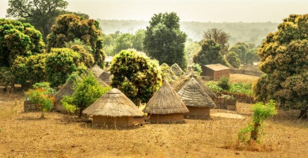 Les bungalows traditionnels de la tribu des Bedik au Sénégal